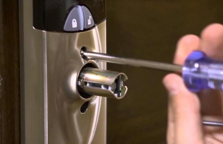 Cara Membuka Pintu ketika Kehilangan Kunci Pintu